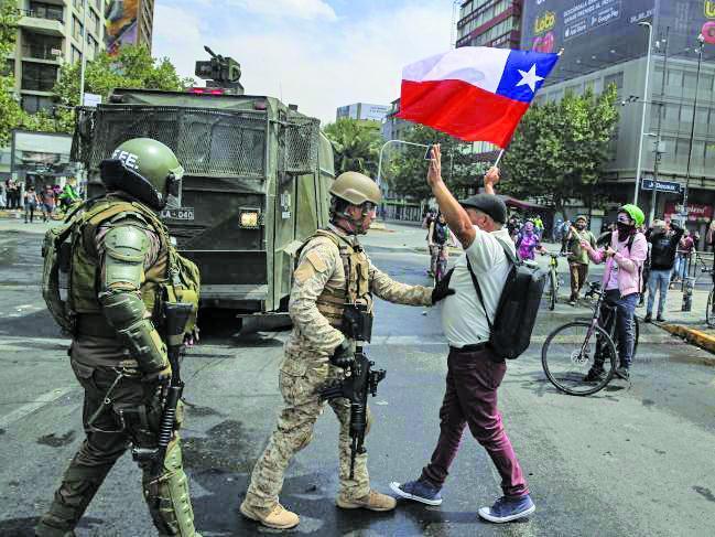 معترضان شیلی، منع آمد و شد را زیر پا گذاشتند