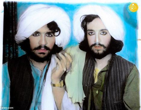 اعضا طالبان با آرایش چهره و گل در دست (