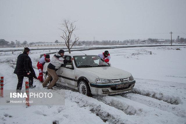 امدادرسانی به 95 مسافر گرفتار در محور تاراز