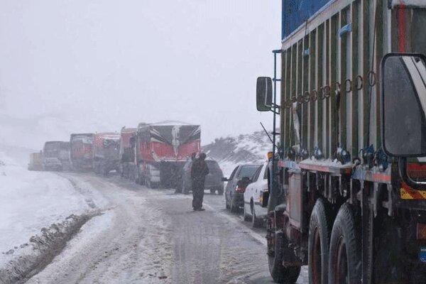 بارش برف و باران جاده های خراسان شمالی را لغزنده کرد