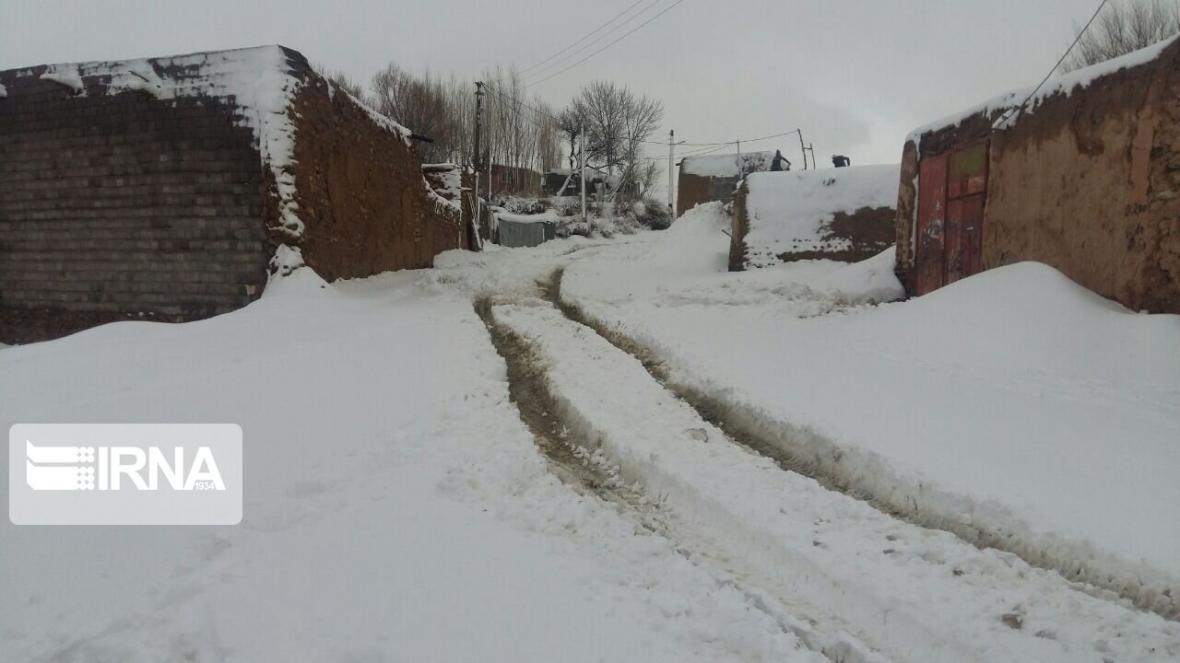 خبرنگاران برف بهاری راه دسترسی پنج روستای تکاب را مسدود کرد