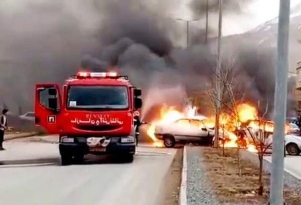 خبرنگاران سرعت زیاد باعث آتش سوزی 2 خودرو در بانه شد